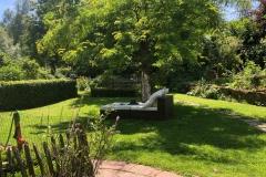 Een rustige tuin met veel terrassen